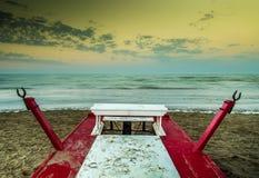 Bote de salvamento de la playa de la arena Fotos de archivo libres de regalías
