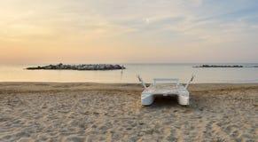Bote de salvamento na praia abandonada Foto de Stock Royalty Free