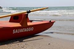 Bote de salvamento no beira-mar com o grande SALVATAGGIO que significa o sa Fotografia de Stock