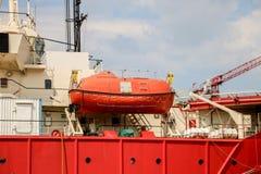 Bote de salvamento o bote salvavidas, el barco en consola de montaje fotografía de archivo