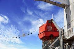 Bote de salvamento o bote salvavidas, el barco en consola de montaje, fotos de archivo libres de regalías