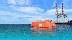 Bote de salvamento o bote salvavidas en la prueba anual del ensayo de mar del astillero para el mantenimiento preventivo foto de archivo