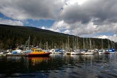 Bote de salvamento, puerto deportivo profundo de la ensenada Fotografía de archivo