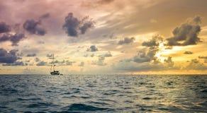 Bote e clima de tempestade no horizonte Foto de Stock