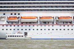 Bote e grande navio de cruzeiros Fotografia de Stock Royalty Free
