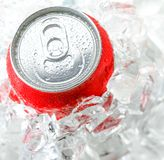 Boîte en aluminium rouge avec la baisse de l'eau Images libres de droits