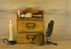 Boîte en bois avec les instruments écrits Photographie stock libre de droits
