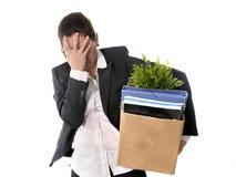 Boîte en carton de transport triste de femme d'affaires mise le feu du travail Images libres de droits