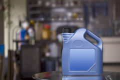 Boîte métallique en plastique bleue avec le label vide Images libres de droits