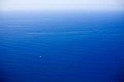 Bote no grande oceano Imagens de Stock Royalty Free