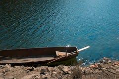 Bote no lago com um remo Foto de Stock Royalty Free