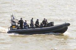 Bote patrulla de la policía que patrulla hacia fuera en el mar Reino Unido Imagen de archivo