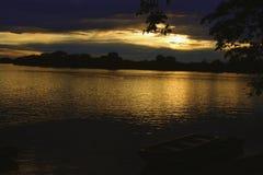 Bote pequeño amarrado en la oscuridad en el São Francisco River imagenes de archivo