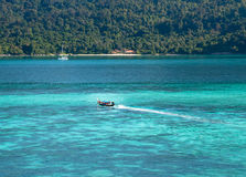 Bote pequeño con el mar azul imagen de archivo