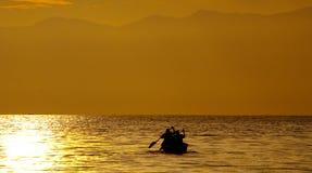 Bote pequeño con los pescadores que navegan en la puesta del sol en el canal de Kazinga África uganda Imagenes de archivo