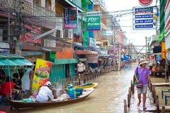 Bote pequeño durante la inundación de la monzón en Tailandia Foto de archivo libre de regalías