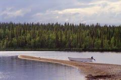 Bote pequeño en el banco de arena Foto de archivo libre de regalías