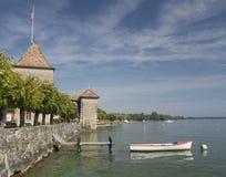 Bote pequeño en el lago geneva cerca del castillo francés de Rolle Fotos de archivo