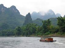 Bote pequeño en el Li Jiang Imagen de archivo libre de regalías
