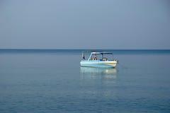 Bote pequeño en el mar Imagenes de archivo