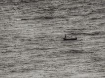 bote pequeño en el mar grande Fotografía de archivo