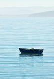 Bote pequeño en el océano extenso Fotos de archivo libres de regalías