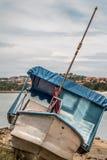 bote pequeño en el pueblo del pescador Foto de archivo