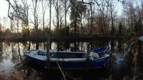 Bote pequeño en el río almacen de metraje de vídeo