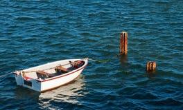 Bote pequeño en la laguna de Klein Brak Imagen de archivo libre de regalías