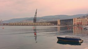 Bote pequeño en la orilla del mar de Trieste almacen de video