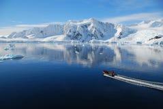 Bote pequeño en paisaje antártico foto de archivo