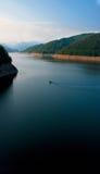 Bote pequeño en un lago grande Imágenes de archivo libres de regalías