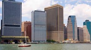 Bote pequeño en un NYC grande Foto de archivo libre de regalías