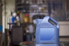 Bote plástico azul con la etiqueta en blanco Imágenes de archivo libres de regalías