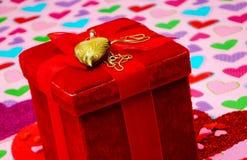 Boîte rouge de velours avec le collier de coeur Photo stock