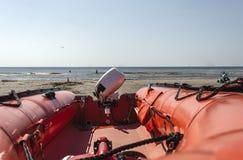 Bote salvavidas de goma cerca de la costa costa fotos de archivo