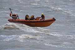 Bote salvavidas en el mar en la Weston-estupendo-yegua, Reino Unido imágenes de archivo libres de regalías