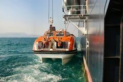 Bote salvavidas en revestimiento marino Imagenes de archivo