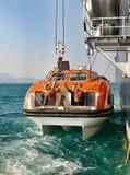 Bote salvavidas en revestimiento marino Fotografía de archivo