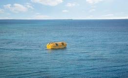 Bote salvavidas en un mar Imagen de archivo