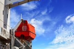 Bote salvavidas o bote de salvamento en el apoyo del andamio imagenes de archivo