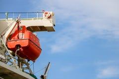 Bote salvavidas o bote de salvamento en el soporte imagen de archivo libre de regalías