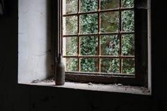 Botella abandonada de Toscana en alféizar Imagen de archivo libre de regalías