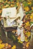 Botella adornada con las flores y las notas sobre el follaje de otoño Fotos de archivo libres de regalías