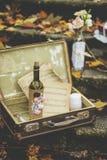 Botella adornada de vid, notas, candels en los pasos de piedra imagenes de archivo