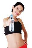 Botella apta de la explotación agrícola de la mujer de los jóvenes de agua Fotografía de archivo libre de regalías