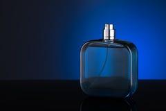 Botella azul de perfume Imagen de archivo