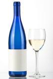 Botella azul de vino blanco y de vidrio de vino Imagen de archivo libre de regalías