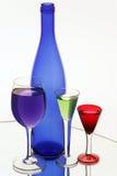 Botella azul marino y tres copas Fotografía de archivo libre de regalías