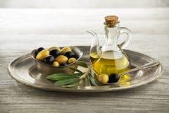 Botella con el fondo del aceite de oliva Foto de archivo